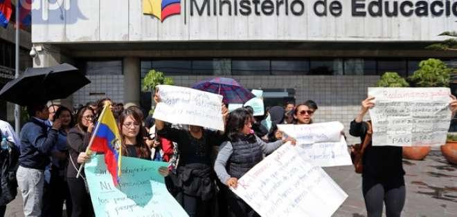 QUITO, Ecuador.- Trabajadores de esta cartera de Estado reclamaban la devolución de sus puestos laborales. Foto: API