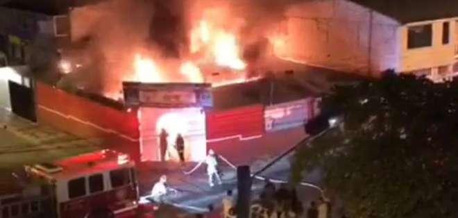 Incendio consumió restaurante en el centro de Loja. Foto: Captura de video
