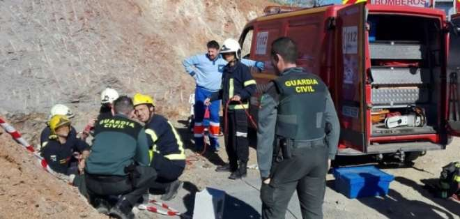 Desesperada búsqueda de un niño que cayó en un pozo en España.