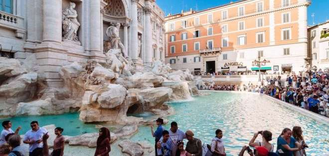 Millones de turistas visitan la fuente cada año lanzado monedas al tiempo que piden un deseo. Getty Images: