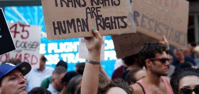 Cientos de personas protestaron por el anuncio de Trump de prohibir la participación de personas transgénero en el ejército.