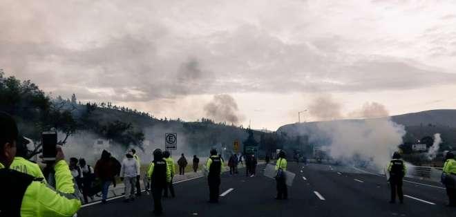 La vía Latacunga - Ambato en ambos sentidos en el sector de Panzaleo fue bloqueada. Foto: Corape Satelital