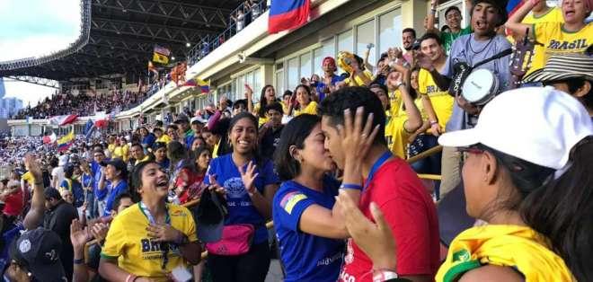En una de las gradas del estadio Rommel Fernández, Steven apostó al amor y le pidió a Cynthia que se case con él. Foto: Cortesía
