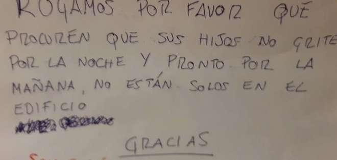 Su bebé lloraba, un vecino se quejó y la respuesta se volvió viral. Foto: Twitter