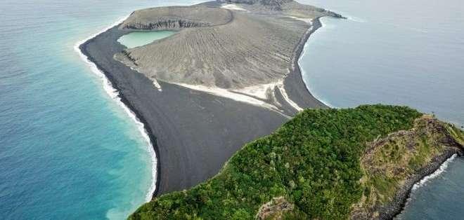 La nueva isla, en el centro de la imagen, surgió de una erupción volcánica en 2015.