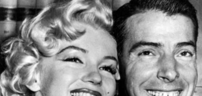 En esta foto del 14 de enero de 1954, Marilyn Monroe y Joe DiMaggio posan previo a la ceremonia de su boda en San Francisco. AP