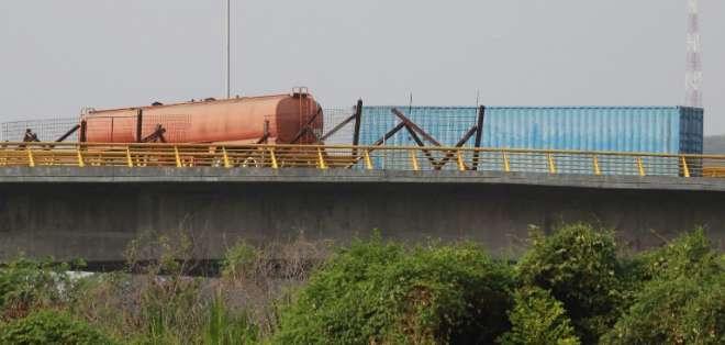 Un contenedor y una cisterna fueron cruzados en la vía para cerrar el puente de Tienditas. Foto: AFP
