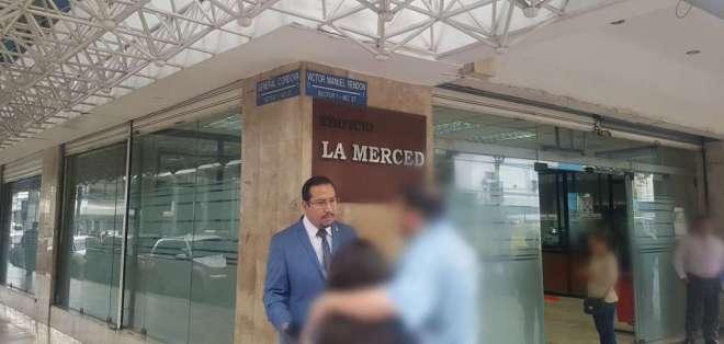 La agredida acudió junto a su abogado a la Fiscalía para denunciar la supuesta inoperancia del Instituto de Salud. Foto: