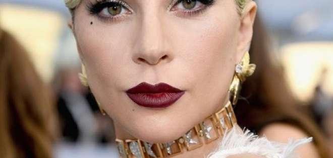 Lady Gaga fue sorprendida espiando un celular ajeno. Foto: Instagram