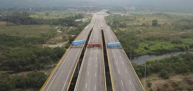 El régimen de Nicolás Maduro ha levantado una barrera que es resguardada por militares. Foto: AP