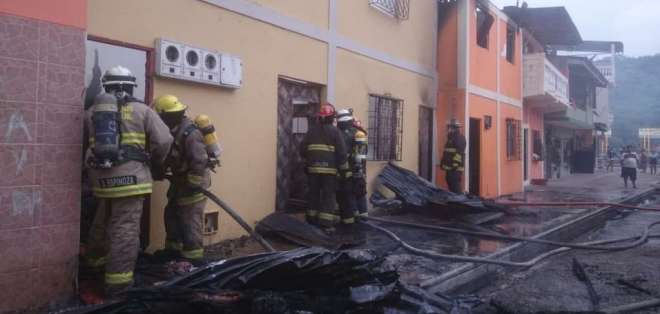 GUAYAQUIL, Ecuador.- Las llamas afectaron a tres viviendas. Foto: Bomberos Gye.