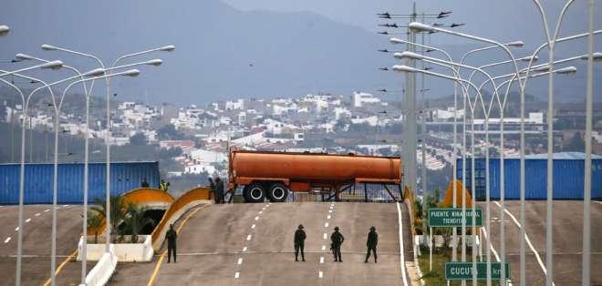 Opositores venezolanos marchan para exigir a FFAA no bloquear ayuda. Foto: AP