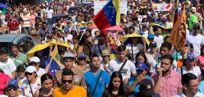 Los venezolanos marchan para exigir a las FFAA que no bloqueen la ayuda humanitaria. Foto: @CarlosBorjas