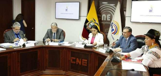 Atamaint y Verdesoto cruzan opiniones sobre el proceso electoral y un posible reconteo. Foto: CNE.