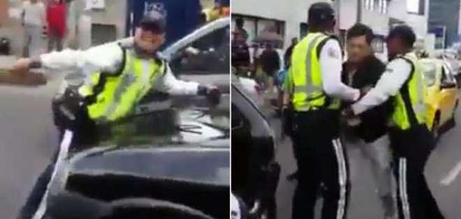 Nuevo caso de agresión a un agente de tránsito en Quito. Foto: Captura de video