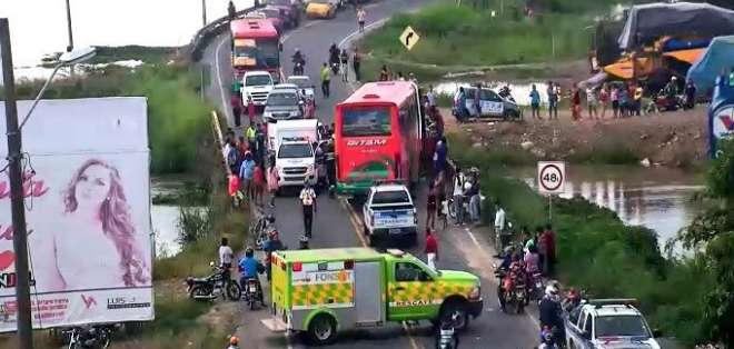 """BABHOYO, Ecuador.- Uniformados de la CTE y de los Bomberos atendieron este percance en el sector de """"La Chorrera"""". Foto: ECU911"""