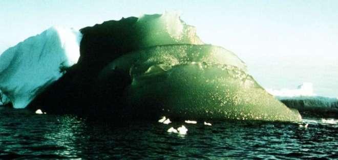Stepehen Warren comenzó a sospechar que óxidos de hierro en el hielo le daban un tono verde.