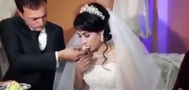 Novio abofeteó a la novia en plena fiesta y nadie hace algo. Foto: Captura de video