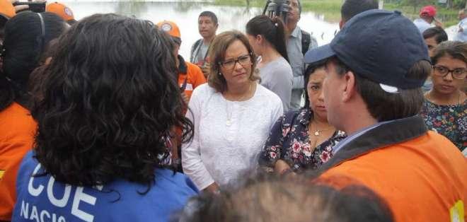 ROCAFUERTE, Manabí.- La presidenta de la Asamblea, Elizabeth Cabezas, arribó a Manabí para conocer afectaciones del invierno. TW