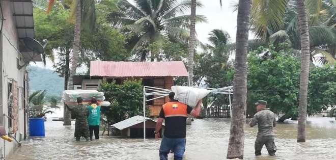 ROCAFUERTE, Ecuador.- Técnicos entregan ayuda en sector de Las Jaguas, del cantón Rocafuerte. Foto: Gestión de Riesgos.