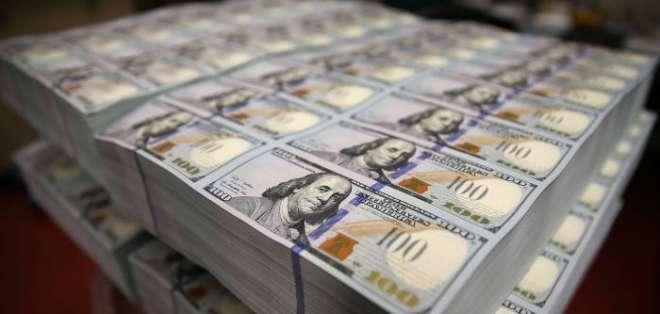 Lenín Moreno anunció en febrero convenio con FMI y otros organismos por $10.000 millones. Foto referencial / Bundled dollars