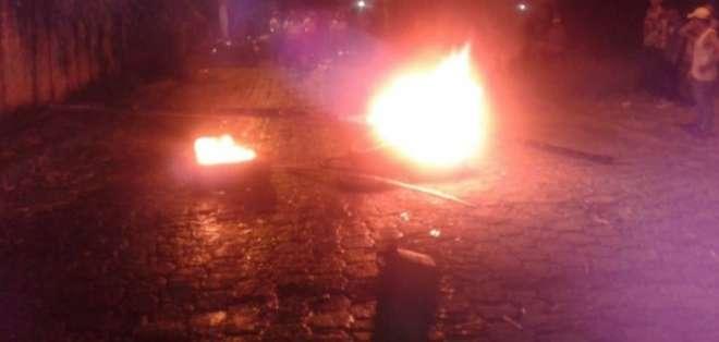 En San Vicente, Manabí se denunció la quema de papeletas y llantas en las calles. Foto: Captura Video.