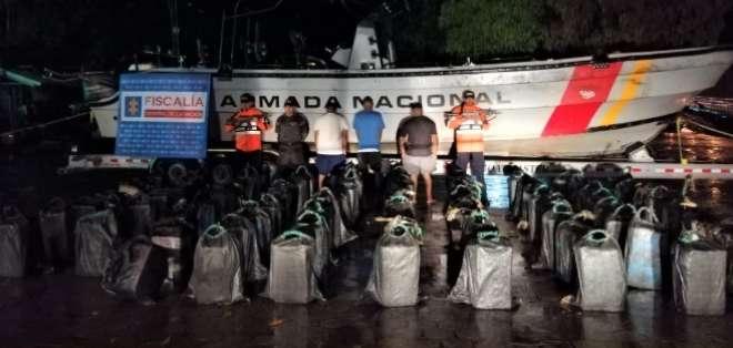 Dentro de la embarcación se encontraron 78 costales con el alcaloide.
