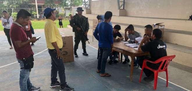 Se registró confusión entre los electores sobre el número de papeletas y candidatos. Foto: Ejército Ecuatoriano