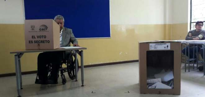 Se registró un incidente en el recinto, cuando una integrante de mesa increpó a Moreno.  Foto: API