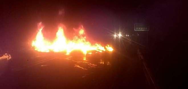 Habitantes quemaron llantas en la localidad y se cerraron vías. Foto: Cortesía.