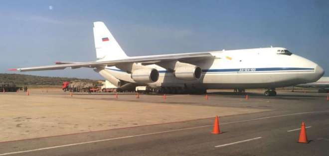 Juan Guaidó aseveró que la presencia de las aeronaves viola la Constitución del país. Foto: @FedericoBlackB