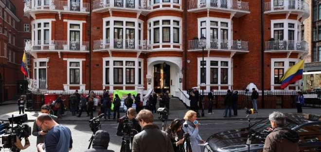 Ecuador retira el asilo a Assange y Londres lo detiene por petición de EEUU. Foto: AFP