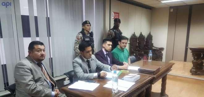 QUITO, Ecuador.- Ceglia (sentado primero a la derecha) fue arrestado en Ecuador en agosto del 2018. Foto: API