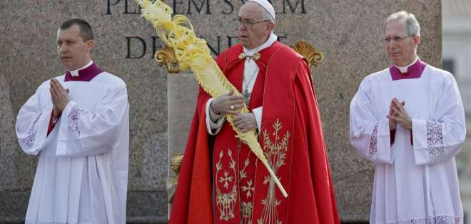 El papa Francisco bendice palmas en comienzo de Semana Santa. Foto: AP