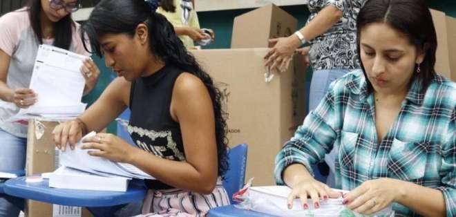 35.401 ecuatorianos sufragan este domingo en Ecuador. Foto: CNE