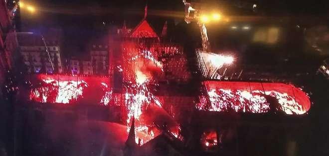 """Fuego derribó la aguja; bomberos consiguieron """"preservar"""" la estructura. Foto: AFP"""