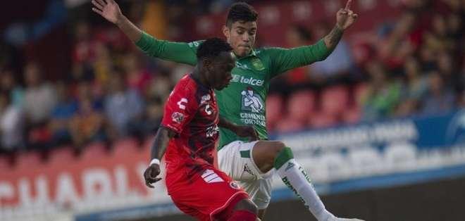 Kunty Caicedo (Rojo) en un partido del fútbol mexicano.