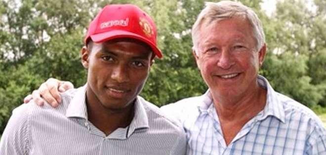 Antonio Valencia, figura del United, junto a su exentrenador, Alex Ferguson.