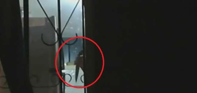 Hombre tomó como rehenes a su esposa e hija en Imbabura. Foto: Captura de video