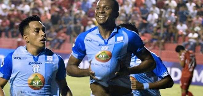 Estrada festeja con el balón debajo de su camiseta. Foto: Archivo.