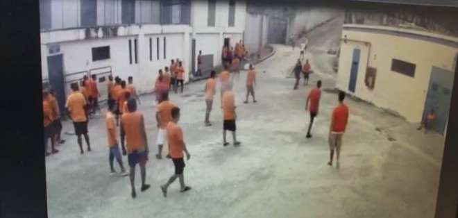 Dos reos atacan a guía en cárcel Regional 8, en Guayaquil. Foto: Captura de video