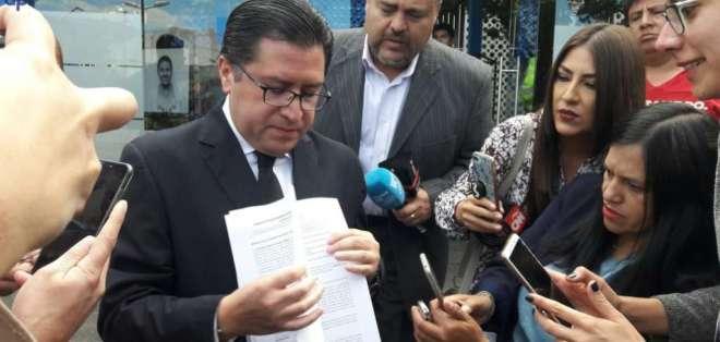 QUITO, Ecuador.- Carlos Poveda, uno de los abogados, citó al menos cuatro delitos en su querella. Foto: API