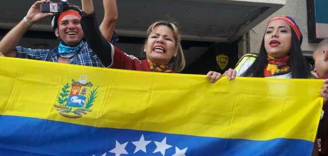 QUITO, Ecuador.- Los ciudadanos extranjeros apoyan la operación Libertad, encabezada por Juan Guaidó. Foto: API