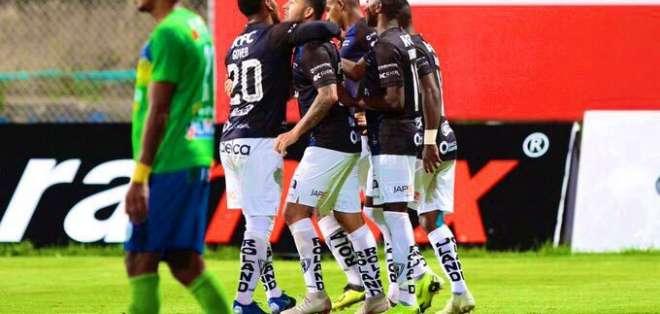 Jugadores de Independiente celebran su gol.