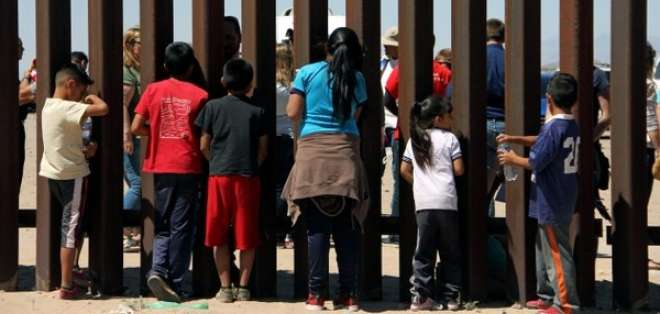 Muchos de los migrantes indocumentados viajan en familia para pedir asilo. Foto: AFP