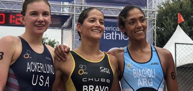 Elizabeth Bravo (medio) en el podio.