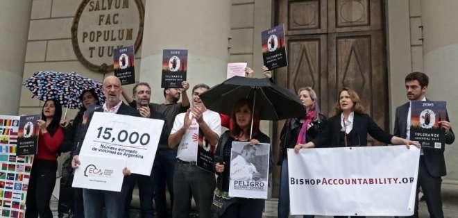 Se manifestaron en las puertas de la catedral de la capital argentina. Foto: AFP