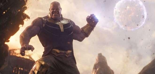 El villano Thanos elimina a la mitad de la población del universo en la película Avengers.