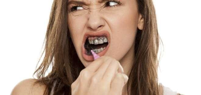 Cepillarse los dientes con pastas a base de carbón puede ser peligroso para tu salud bucal.