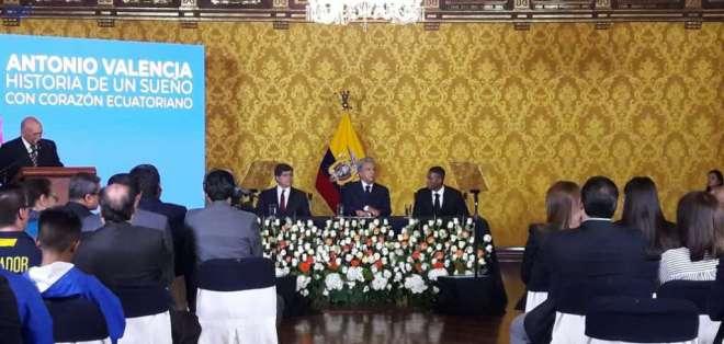 El presidente Lenín Moreno le entregó la Orden Nacional al Mérito en Grado de Oficial. Foto: API